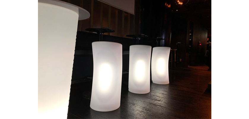 光るLED内蔵家具クラシオン。椅子とテーブル。福岡市中央区春吉のバー&ダイニングミツバチの店内画像