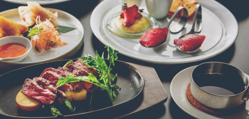 BAR & DINING MITSUBACHI オススメの料理。牛カイノミのあつあつ鉄板焼Aコース