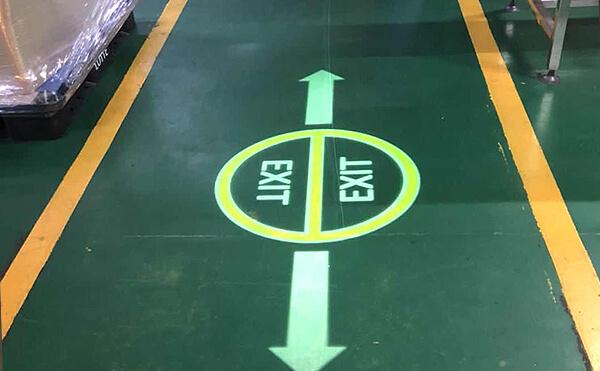 LEDプロジェクションロゴライト・ゴボライトの設置イメージ倉庫内の案内灯