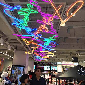 LEDネオンサインをショッピングモールの天井に設置、鮮やかなデザインが明るく演出。
