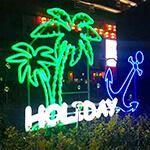 LEDネオンサインを店舗の外に設置、緑のヤシの木がとてもリアルです。