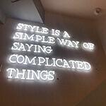 LEDネオンサインを壁に設置、店舗のロゴとして使用しました。